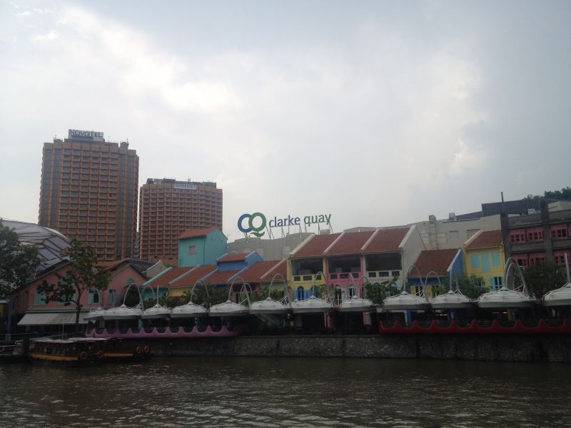 Strolling around Boat Quay, Clarke Quay and Robertson Quay: the center of trade since the founding of Singapore.