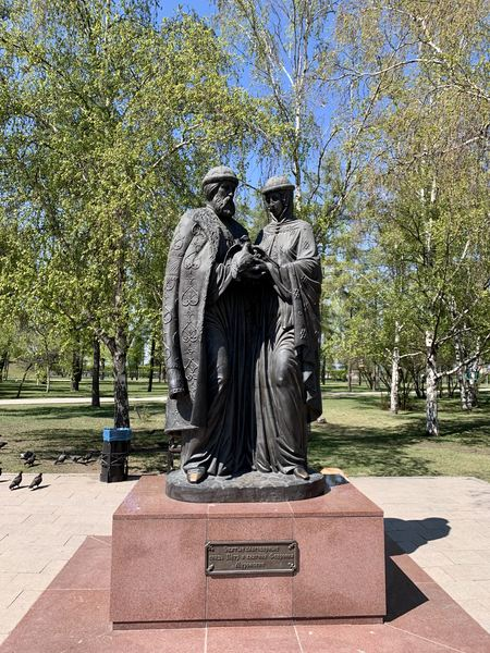 Statue of man and woman in Irkutsk